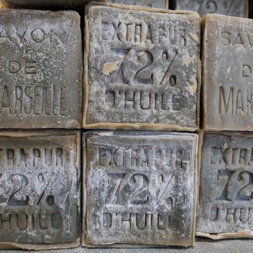 Le vrai savon de Marseille contient au minimum 72% d'huile d'olive.